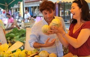 3. Moestuin van Frankrijk Overvloedig veel zon en een vruchtbare bodem zorgen ervoor dat de Vaucluse bekend staat als de moestuin van Frankrijk. Van de meloenen van Cavaillon tot de kersen van Venasque of de aardbeien van Carpentras, je vindt ze vers geplukt op de Provençaalse marktjes en bij de 'petit producteurs'. Tip: ga zeker naar de markt van Velleron, erkend als een van de 100 meest uitzonderlijke markten van Frankrijk met jaarlijks 150.000 bezoekers. © HOCQUEL Alain – Vaucluse Provence
