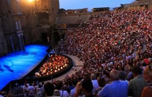 6. Cultuur, van Romeinen tot straatartiesten Een publiekstrekker is het theaterfestival van Avignon dat elke maand in juli plaats vindt, en waarbij de stad gedurende 3 weken wordt overspoeld door theatergezelschappen, straatartiesten en muzikanten. In Orange kan je ook elke zomer naar het befaamde opera festival Chorégies gaan. Een opera in openlucht in het antiek theater bezorgt je gegarandeerd kippenvel. © HOCQUEL Alain – Vaucluse Provence