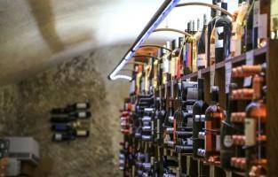 2. Wijn proeven Côte du Rhône, zoals de wereldberoemde Châteauneuf du Pape, AOC Ventoux of AOC Luberon: of je nu liever een glas fris wit of karaktervol rood drinkt, of in de zomer voor koele rosé gaat, de Vaucluse is één grote wijngaard! Meer dan de helft van de dorpjes leeft immers van de wijnteelt. Tip: neem deel aan de vele wijnactiviteiten op tal van domeinen in de Provence. © HOCQUEL Alain – Vaucluse Provence