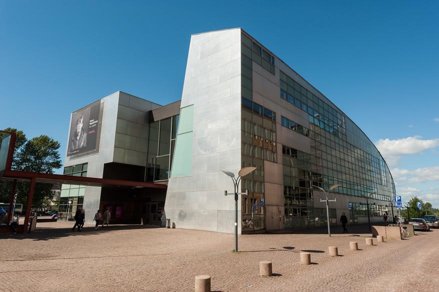 Het moderne glazen gebouw van het Museum of Contemporary Art Kiasma. © Pixabay