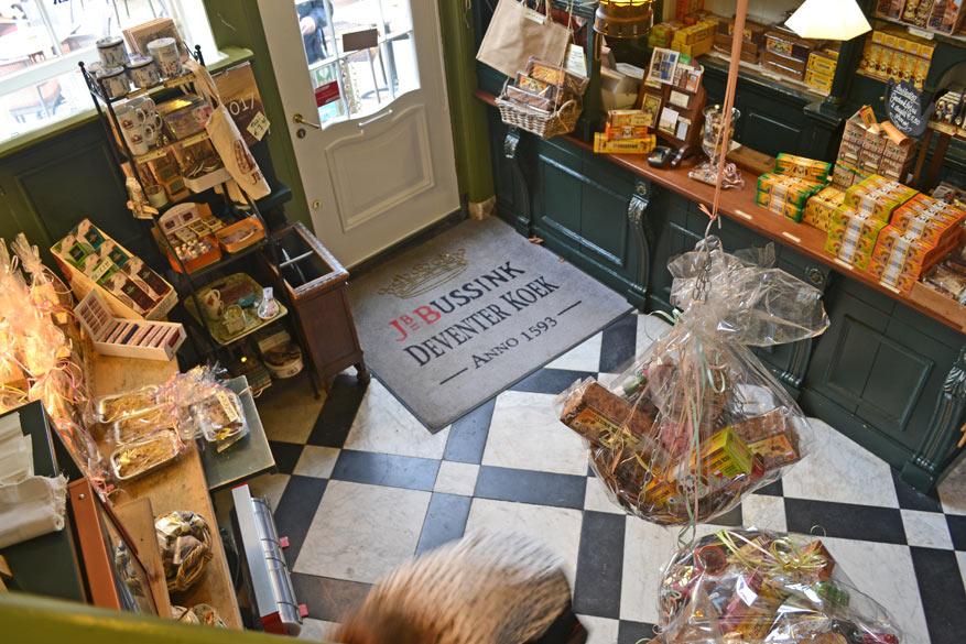 Proef en koop heerlijke Deventer Koek in de authentieke winkel.
