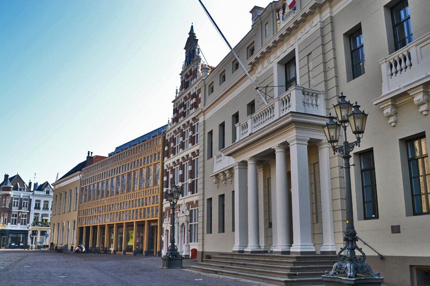 Het oude en nieuwe stadhuis van Deventer.