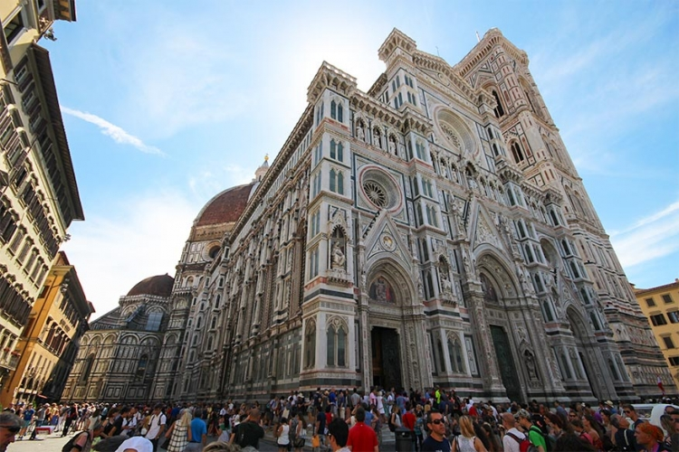 Basilica di Santa Maria del Fiore in Firenze, Italië: als je in Firenze komt, is deze basiliek het eerste dat je spot! Naast de felle kleuren en opmerkelijke details kijken is onmogelijk. Daar kan de grootte natuurlijk ook voor iets tussen zitten! © Victor R Ruiz via Flickr Creative Commons