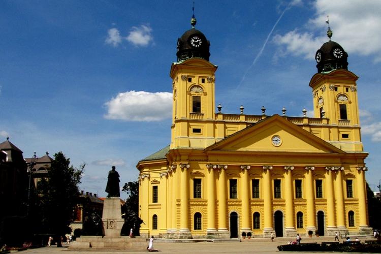 Debrecen kerk in Hongarije: het kan je nogal geel voor de ogen worden als je voor deze kerk staat. De grootste Protestante kerk in Hongarije is dan ook meteen de meest gele kerk van het land! © Wikimedia Commons