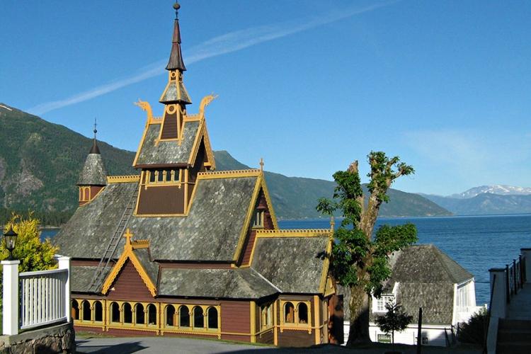 Sint-Olafkerk in Noorwegen: de Engelse Margaret Green verloor haar hart aan de Noorse Knut, die na haar dood een anglicaanse kerk bouwde met Noorse invloeden. Voeg hier een beetje kleur aan toe en je hebt de Sint-Olaf kerk! © Multerland via Flickr Creative Commons