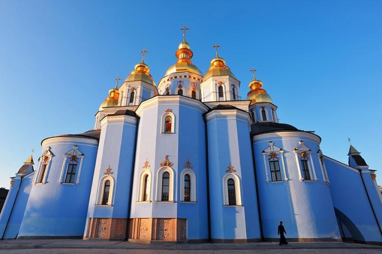 Sint-Michaels klooster in Kiev, Oekraïne: de gouden koepels van deze helderblauwe kerk zijn al van ver te zien. Eens dichterbij is het nochtans vooral de blauwe kleur van het oude klooster die je met verstomming doet slaan! © Wikimedia Commons