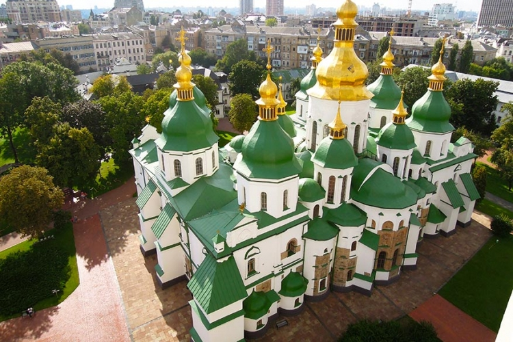 Sint Sophia kathedraal in Kiev, Oekraïne: als begraafplaats voor de heersers van het Kievse Rijk werd dit imposant bouwwerk uit de grond gestampt in de 11de eeuw. Herkenbaar aan de groene koepels die contrasteren met de witte muren. © Wikimedia Commons