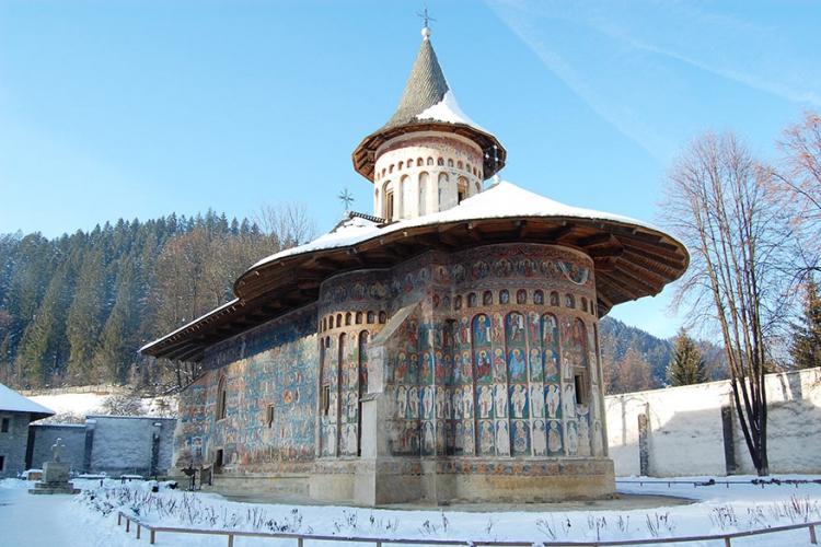 """Voronet klooster in Roemenië: de Sixtijnse Kapel van het Oosten wordt dit klooster ook wel eens genoemd! De fresco's op de buitenmuren hebben zo een intense kleur blauw dat deze in Roemenië zelfs bekend staat als het """"Voronet blauw"""". © Wikimedia Commons"""