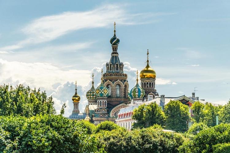 Kerk van de Verlosser op het Bloed in Sint-Petersburg, Rusland: precies op de plaats waar Tsaar Alexander II is vermoord, werd deze kleurrijke kerk gebouwd. Drukke koepels en kleurrijke details vanbuiten, 7500 vierkante meter mozaïekwerk vanbinnen! © Wikimedia Commons