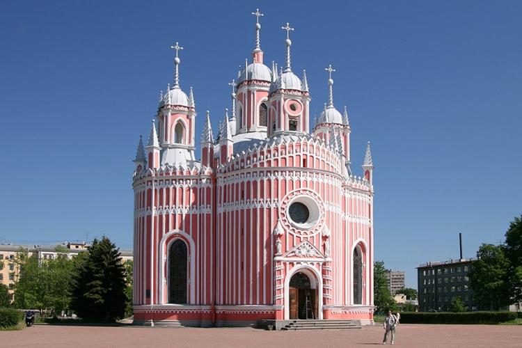 Tsjesme kerk in Sint-Petersburg, Rusland: spontaan krijg je zin in snoep bij het zien van deze lieflijke kerk! De lichte pastelkleuren zijn een unieke verschijning in het bombastische Sint-Petersburg! © Wikimedia Commons