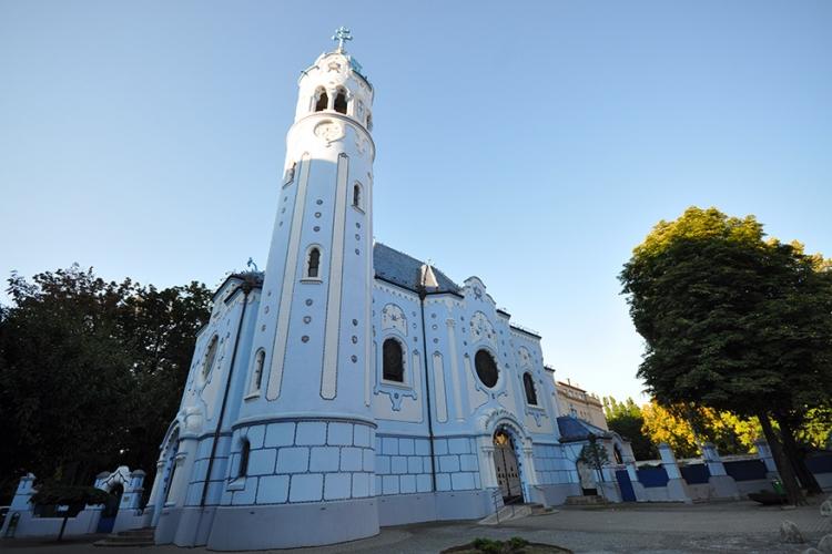 De blauwe kerk in Bratislava, Slowakije: blauw doet het goed bij de kleurrijke kerken! Dit lichtblauwe exemplaar heeft zijn naam te danken aan de kleur van zijn façade, mozaïeken én dak! © Jorgé Lascar via Flickr Creative Commons