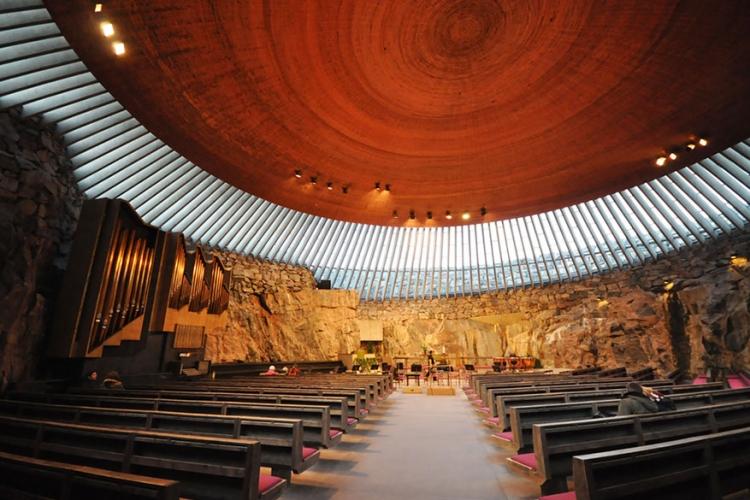 Temppeliaukio-kerk in Helsinki, Finland: dit complex is het resultaat van een (opzettelijke) ontploffing, waarbij een koepel van glas en koper het dak vormen. Let zeker op het altaar, waarvan de rotswand helemaal uitgesleten is door een terugtrekkende gletsjer! © Jorgé Lascar via Flickr Creative Commons