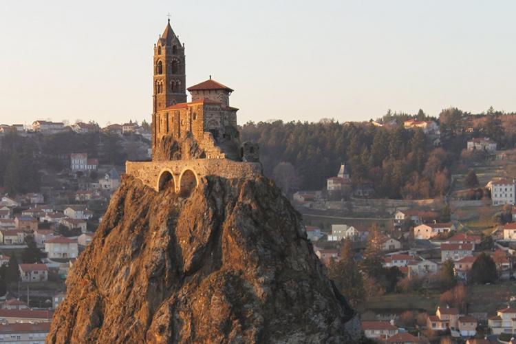 Kapel van St-Michel d'Aiguilhe in Frankrijk: 85 meter boven het dorp Puy en Velay staat de kapel van St-Michel op de rots van Aighuilhe. Na 1042 jaar staat dit pittoresk pareltje nog steeds hoog en droog! © Wikimedia Commons