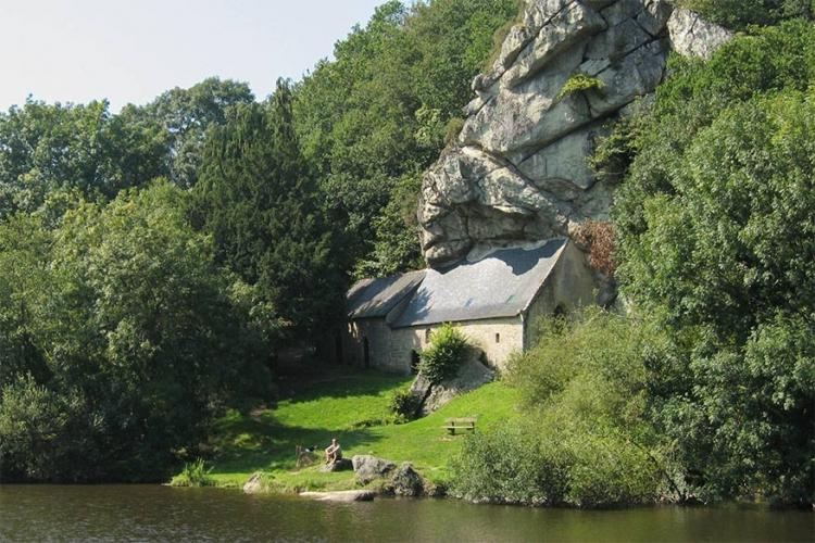 Kapel van St. Gildas in Frankrijk: het is soms moeilijk deze kapel te vinden, omdat ze verstopt zit onder een reusachtige rots. Eenmaal gevonden vormt deze plaats aan de oevers van Canal du Blavet de ideale plek voor een picknick! © Wikimedia Commons