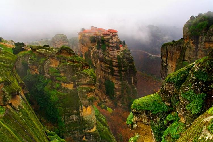 Meteora in Thessalonië, Griekenland: op natuurlijke rotspilaren staan al sinds de 9de eeuw deze 24 kloosters wind te vangen. Kluizenaars vonden deze plaats, op zoek naar rust en vrede. En laat dat nu net zijn wat je op deze magische plek vindt! © Wikimedia Commons