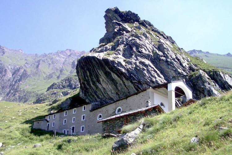 Santuario di San Besso in Turijn, Italië: 2.019 meter boven de zeespiegel kom je dit heiligdom tegen. De monolithische rots waaronder de kerk gebouwd werd, zou energetische krachten hebben. De perfecte plaats voor een kerk dus! © Wikimedia Commons