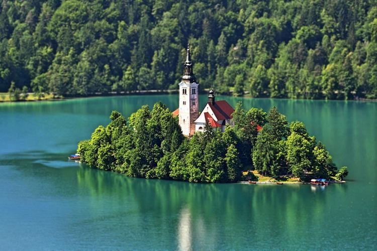 Maria Hemelvaartskerk in Bled, Slovenië: op het sprookjesachtige meer van Bled vind je een idyllische kerk midden op een klein eilandje. Legendes en sages genoeg over dit kleine plekje, dat als sinds de prehistorie door mensen gebruikt wordt als heiligdom. © Nicolo Bonazzi via Flickr Creative Commons