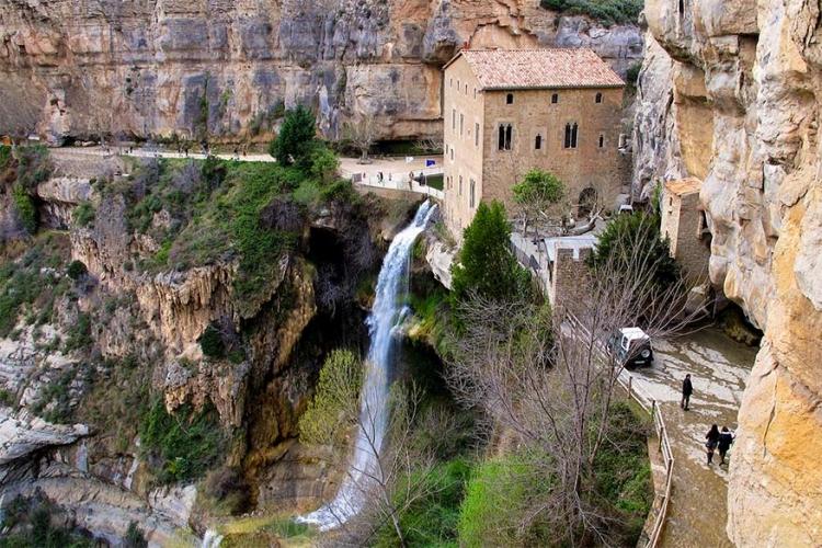 San Miguel Del Fai in Cataluña, Spanje: dit Benedictijnse klooster staat verscholen in een natuurlijke omgeving, omringd door rotsen en watervallen. Het is een echte kleine tuin van Eden! © Wikimedia Commons