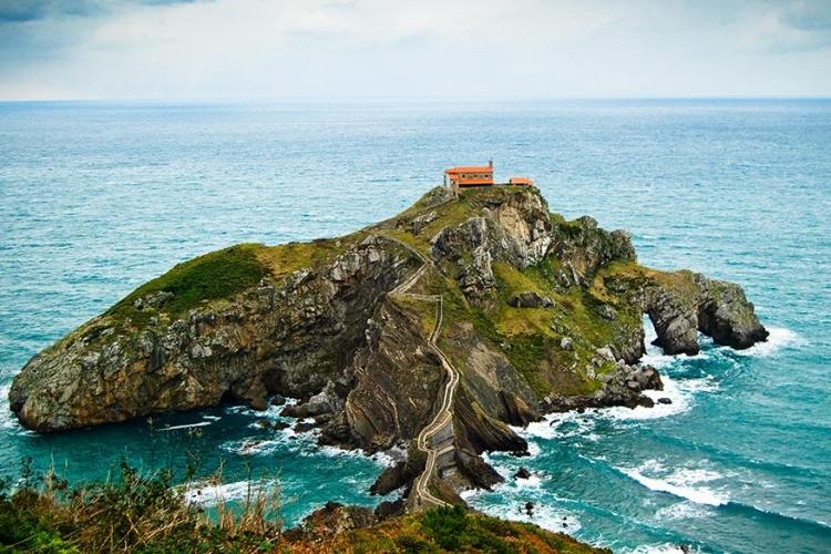 San Juan de Gaztelugatxe in Baskenland, Spanje: verbonden met een brug, vind je op dit mini-eilandje een gebouw dat sinds de 10de eeuw een kluizenaarsoord was. De ideale plaats voor eenzaten! © Wikimedia Commons