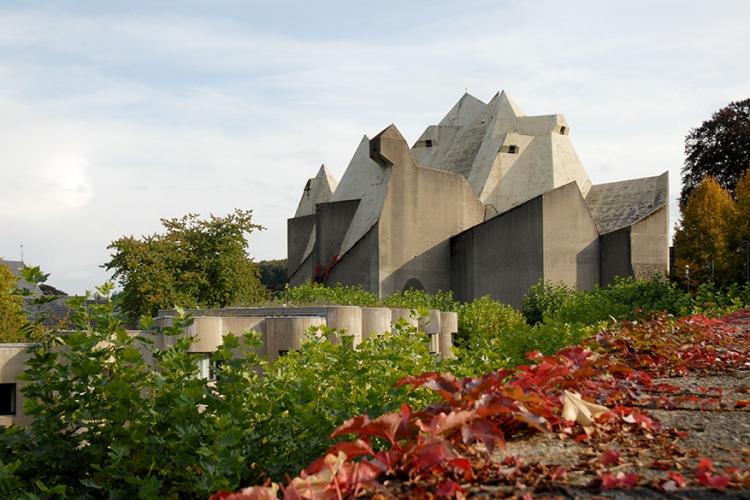 De Maria Koningin van Vredekerk in Neviges, Duitsland: volledig gerealiseerd uit gewapend beton kan deze kerk wel tegen een stootje. En dat is maar best ook, met zitplaatsen voor 6000 gelovigen! © Seier+Seier via Flickr Creative Commons