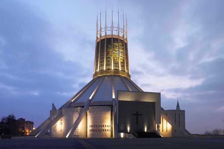 Metropolitan kathedraal in Liverpool, Engeland: naast een bijzondere vorm heeft deze kerk ook originele bijnamen gekregen. Zo kan het gebouw al eens 'Paddy's wigwam' of 'lanceerhelling van de Paus' genoemd worden! © Wikimedia Commons