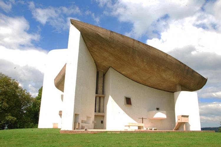Bedevaartkapel Notre Dame du Haut in Frankrijk: de ontwerper van deze eigenaardige kapel zou zich hebben laten inspireren op een krabschaal. Dat kan je bespeuren in het betonnen zeilvormige dak dat ook wel iets weg heeft van een Elviskapsel! © Rob Deutscher via Flickr Creative Commons