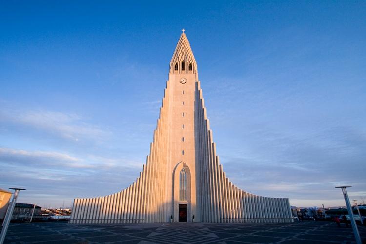 Hallgrimskirkja in Reykjavik, IJsland: het duurde 38 jaar om deze opmerkelijke kerk van 74,5 meter te bouwen. De uiteindelijke constructie zou iets moeten weg hebben van een geiser, die je trouwens overal in IJsland tegenkomt. © Ben Husmann via Flickr Creative Commons