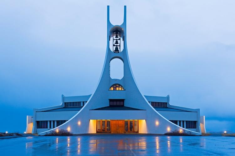Stykkisholmskirkja in IJsland: geen alienschip dit, maar een kerk in IJsland! Net als veel kerken in het ruige land, is ook dit huis van God uitgewerkt in een moderne, bijna futuristische stijl. © Eric Gorski via Flickr Creative Commons