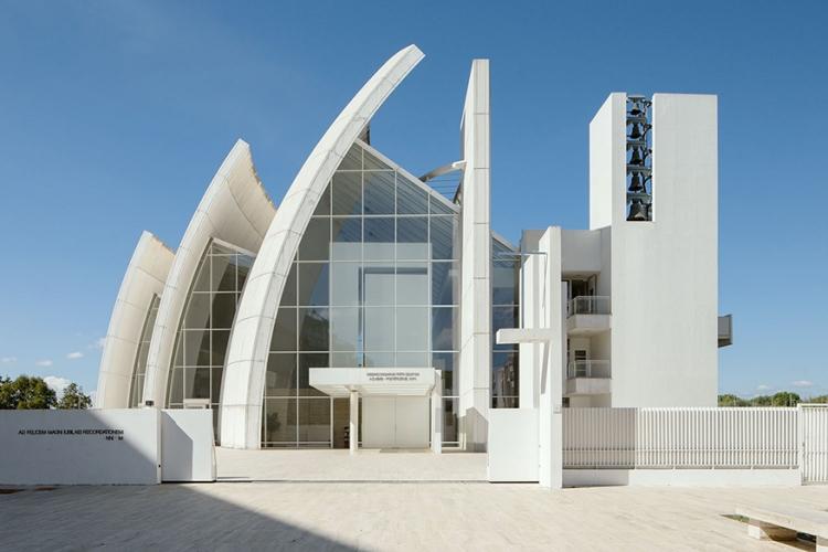 Dio Padre Misericordioso in Rome, Italië: architect Richard Meier mocht na een wedstrijd zijn ontwerp uitwerken, met dit betonnen complex als resultaat. Opvallend zijn de gebogen muren, die de indruk moeten wekken van een schip met gehesen zeilen. © Wikimedia Commons