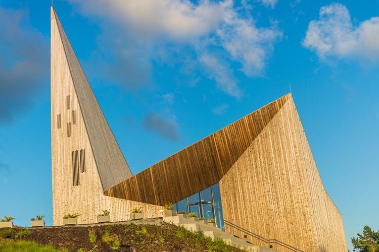 Knarvik Kirke in Noorwegen: met 2014 als geboortejaar is dit een nieuwkomer in de kerkenwereld! Volgens de designers is het een futuristische interpretatie van de traditionele Noorse staafkerk. © B Ystebo via Flick Creative Commons