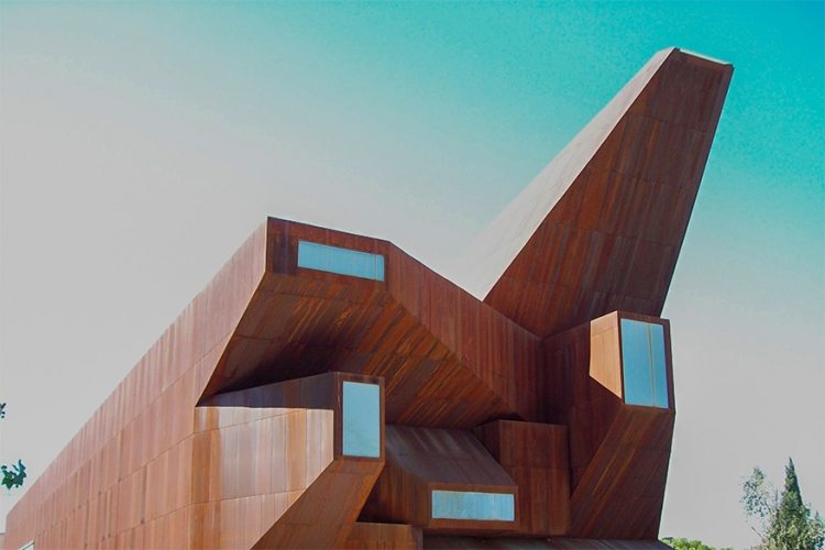 Corten steel church in Madrid, Spanje: omschreven door de architect als ' bevroren in het moment na een explosie' heeft dit gebouw een opmerkelijk voorkomen. Volledig samengesteld uit staal lijkt deze kerk meer op een oorlogsmonument dan iets anders! © Wikimedia Commons