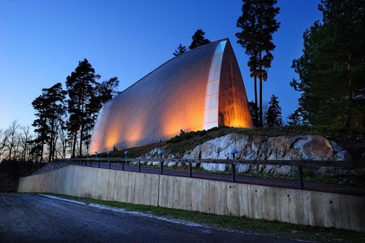 St. Henry's Ecumenical Kapel in Turku, Finland: deze kerk heeft meer iets weg van een boot met zijn gebogen wanden uit koper en hout. Het gebouw zou trouwens stilletjes aan verkleuren en opgaan in de omgeven natuur! © Flickr