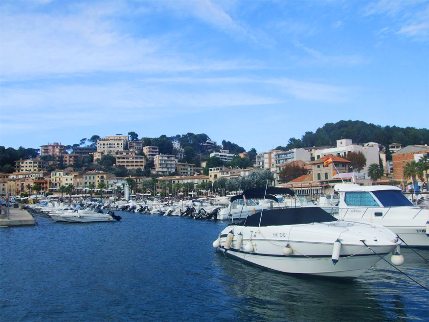 De haven Port de Sóller ligt ingesloten in een diepe, natuurlijke baai.