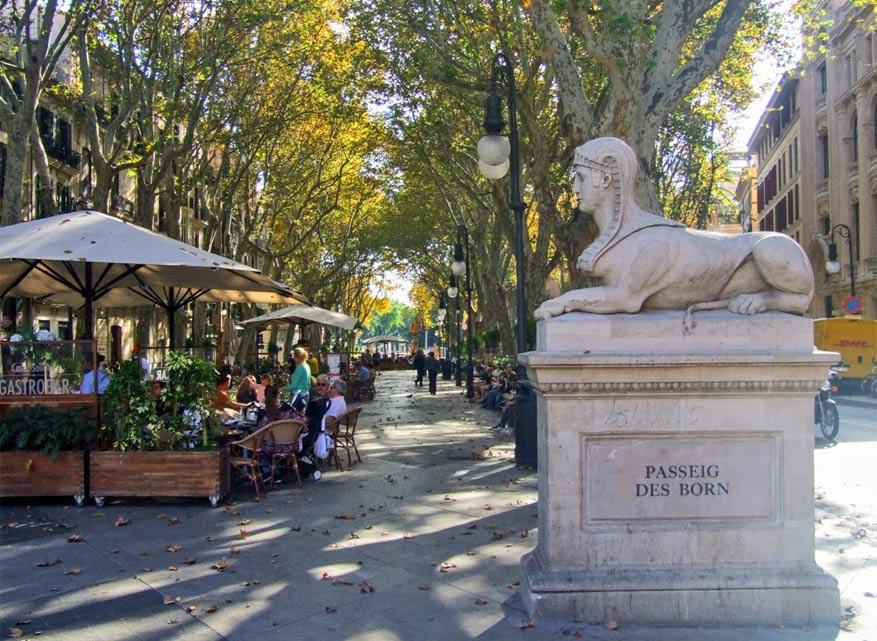 Verpozing en verkoeling vind je onder de laanbomen van de drukke Passeig des Born.