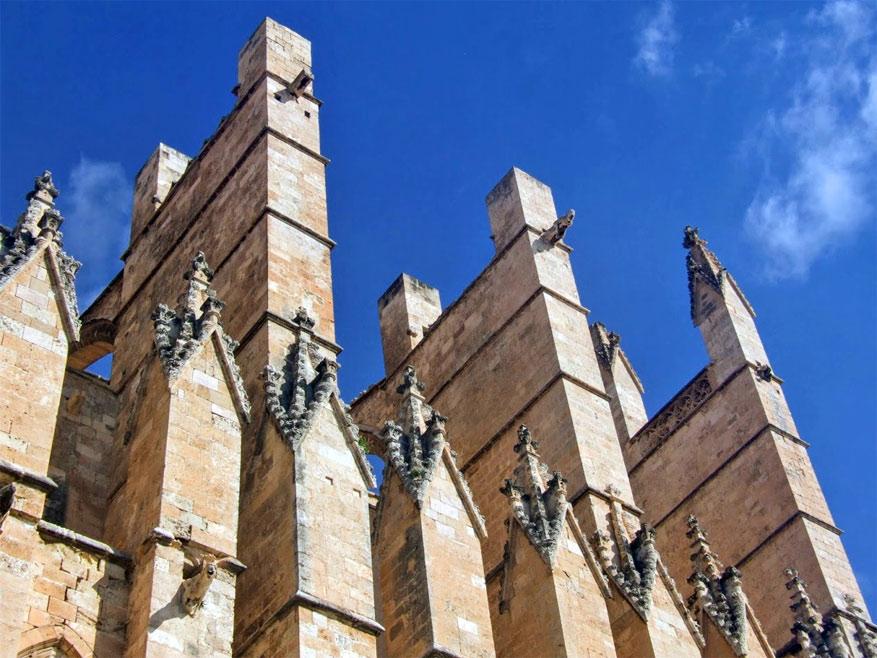 De onmiskenbaar gotische kantelen van de kathedraal van Palma.