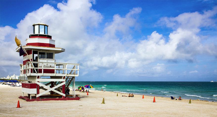 De typische kleurrijke redderhuisjes versieren de stranden van Miami. © Martin Pilát via Flickr Creative Commons
