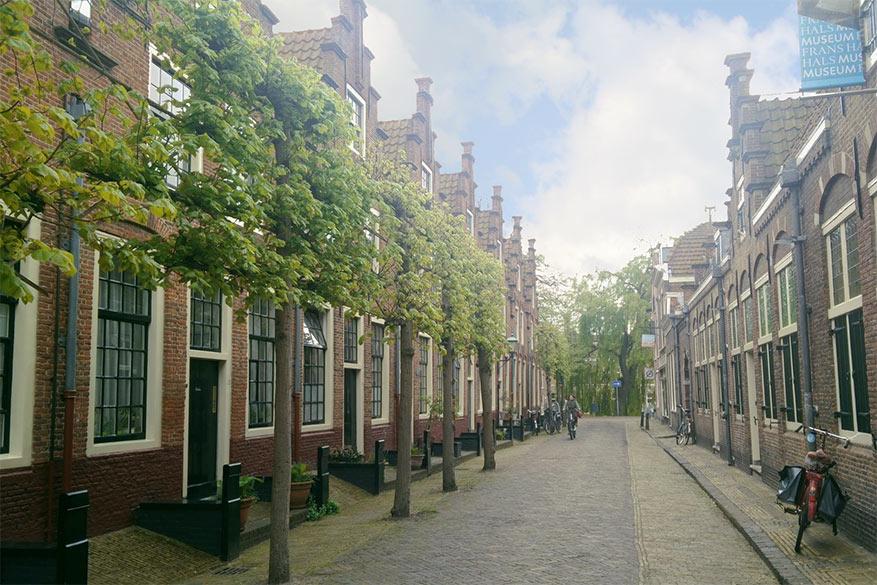 Het Frans Hals museum ligt in een van de gezelligste steegjes van de stad.