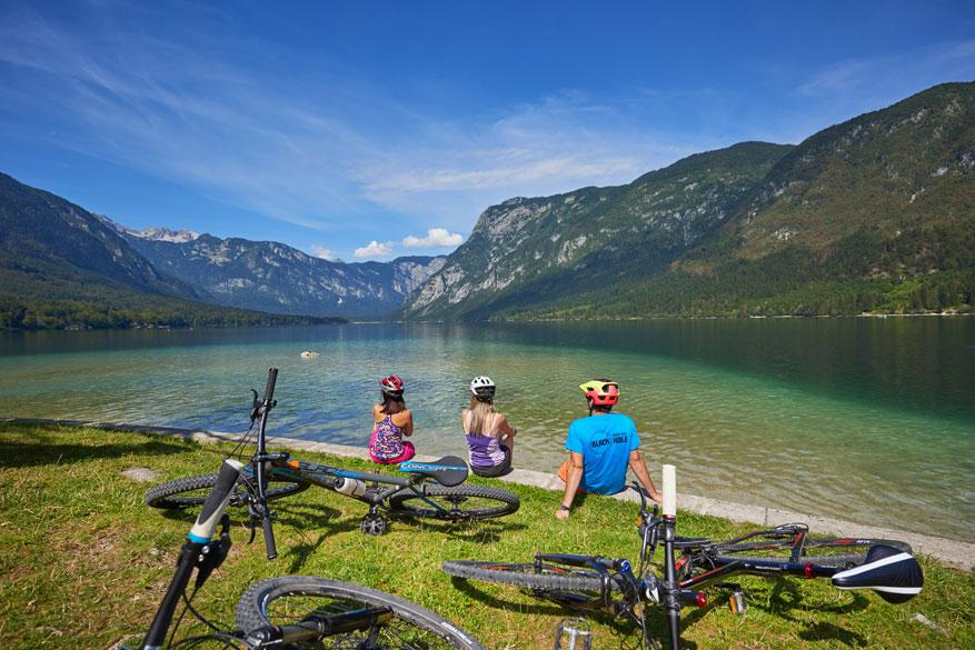 Verschillende rivieren en meren laten je toe om naast het fietsen ook te genieten van watersporten.