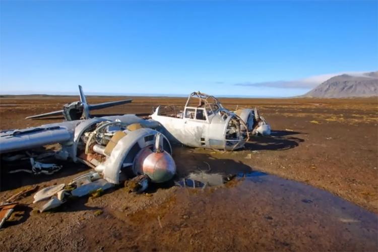Junker Ju 88 in Spitsbergen, Noorwegen: dit verlaten Duitse oorlogsvliegtuig vind je op de al even verlaten plek Kapp Borthen. Blootgesteld aan de Noorse (lees: extreem koude) elementen is een bezoek aan dit wrak een echt avontuur. © via Youtube