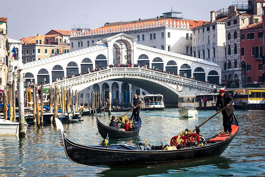 Een romantische gondelmassage kan alleen in Venetië. © Pixabay