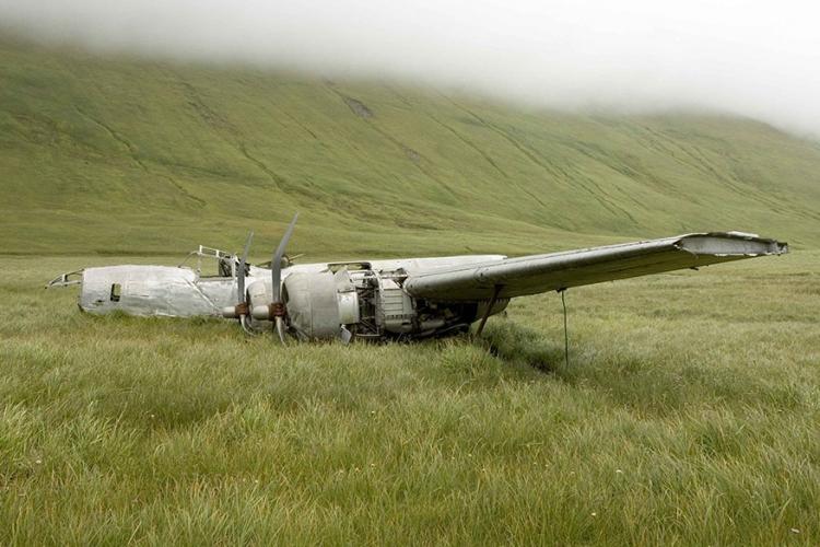 Bommenwerper, Atka eiland Alaska: het eiland Atka is de thuishaven van een neergestorte bommenwerper. In 1942 maakte de piloot een noodlanding en sindsdien ligt het wrak nog steeds te verkommeren. © Wikimedia Commons