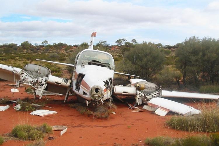 Anne Beadell vliegtuigwrak, Australië: dit vliegtuigwrak zorgt voor een erg plotse verandering in het felrode landschap. Een wandeling naar deze tragische fotolocatie is 10 kilometer en neemt je mee over tientallen duinen! © Wikimedia Commons