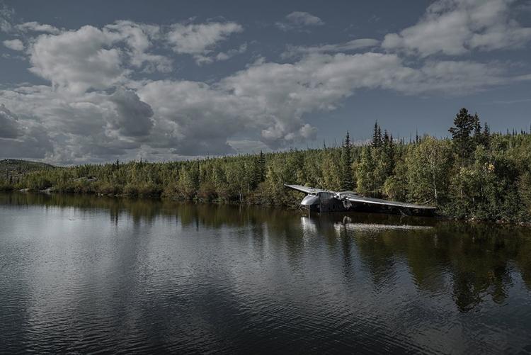Beaverlodge in Canada: het meest opmerkelijke wrak in het rijtje is misschien wel deze crasher in Canada. Na een noodlanding in 1956 werd het vliegtuig naar de oevers van het meer gebracht en achtergelaten. © Dietmar Eckell