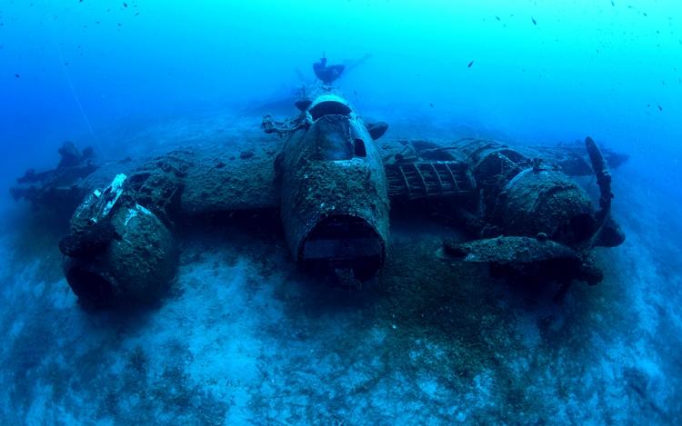 WWII vliegtuigwrak op Naxos, Griekenland: op het Griekse eiland Naxos kan je duiken naar de enorm fotogenieke overblijfselen van een gevechtsvliegtuig. Het schip ligt er bijzonder intact bij en is dus zeker de duik waard! © Kostas Thoktaridis