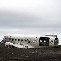 Vliegtuigwrak Solheimasandur, IJsland: op het zwarte strand van Solheimasandur ligt het meest gefotografeerde vliegtuigwrak ooit. Het toestel stortte neer in 1973 en is sindsdien een echte trekpleister voor fotografen en nieuwsgierigen! © Chris Johnston via Flickr Creative Commons
