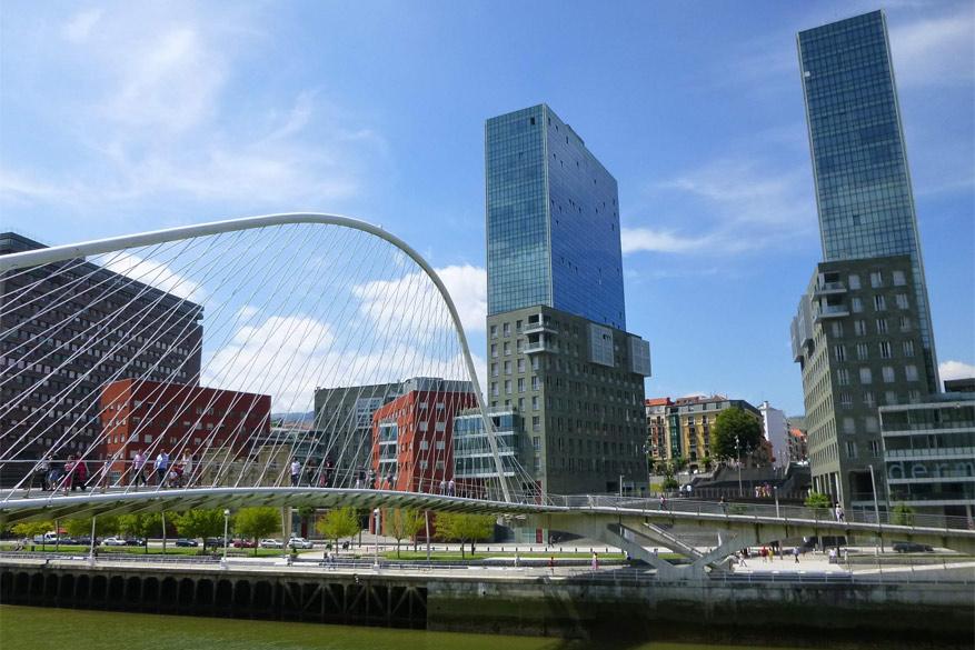 De residenties van Isozaki Atea en de Zubizuri-brug dragen bij tot de moderne architectuur van Bilbao. © Wikimedia Commons