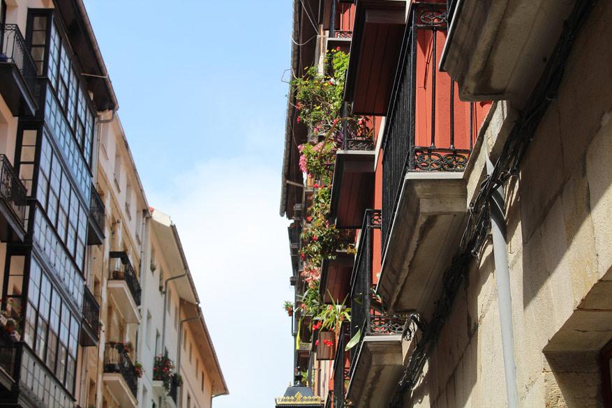 Laat je charmeren door de gekleurde gevels en smalle balkonnetjes in het oude stadsgedeelte. © Pixabay