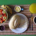 5. Brazilië: hier staan koffie, appelsiensap, maisbrood, eieren, kaas en heel wat fruit zoals Cantaloupe meloen, papaya en bananen op het menu 's morgens. © HuffPost Brazil