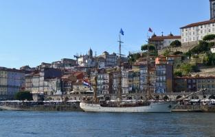 1. Verdwaal in het oude centrum: het stokpaardje van de stad is ongetwijfeld het historisch hart van Porto: Ribeira. De oude wijk, bovendien ook UNESCO Werelderfgoed, ligt langs de oevers van de Douro en charmeert met zijn kleurrijke gevels, smalle straatjes, wapperend wasgoed, smeedijzeren balkonnetjes en authentieke azulejos. Hier vind je verschillende barretjes en restaurantjes waar het aangenaam vertoeven is. Het centrum van de wijk ligt op Praça da Ribeira vanwaar je uitkijkt op de Douro. Heerlijk! © Kiënta Martens