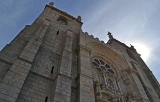 4. Kerken kijken: Porto staat vol kerken, allemaal rijkelijk versierd met prachtige azulejo's. Ben je uitgekeken op de buitenkant, aarzel dan niet om ook eens binnen te gaan en het interieur te bewonderen. Toppers om te spotten zijn de Sé Kathedraal, de São Francisco kerk en de Igrejas das Carmelitas. © Kiënta Martens